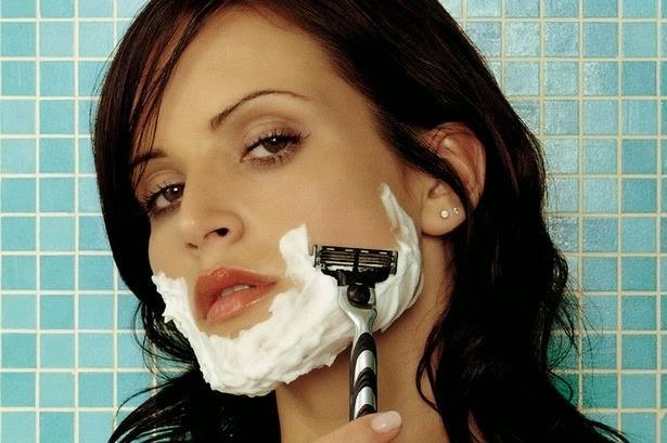 Wanita yang sedang bercukur