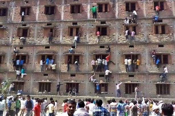 Para orangtua nekat memanjat tingginya gedung sekolah
