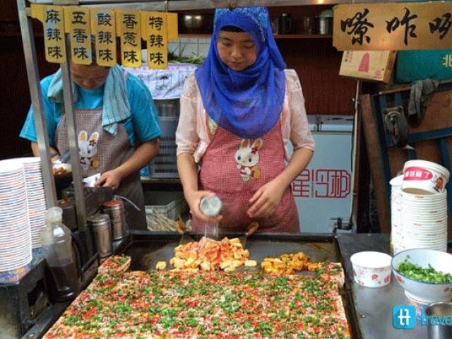 Penduduk yang menjual makanan di Jalan Muslim