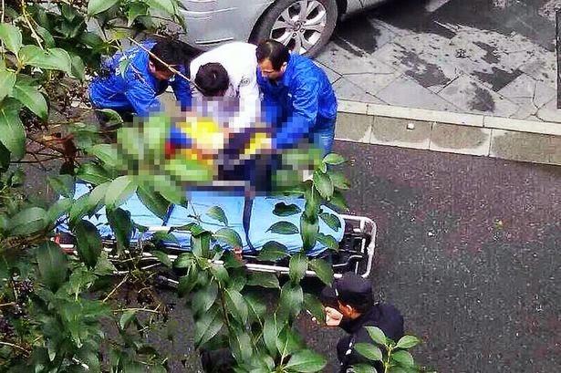 Tubuh Yu Liao dibawa ke rumah sakit dari lokasi kejadian