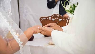 Sepasang pengantin yang sedang melangsungkan pernikahan