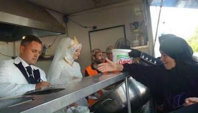 Pasangan Fethullah Üzümcüoğlu dan Esra Polat saat membagikan makanan