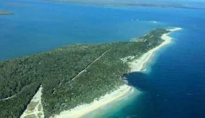 Lubang raksasa menelan perkemahan di Australia