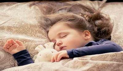 Anak kecil tidur pulas