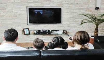 Nonton TV bersama keluarga