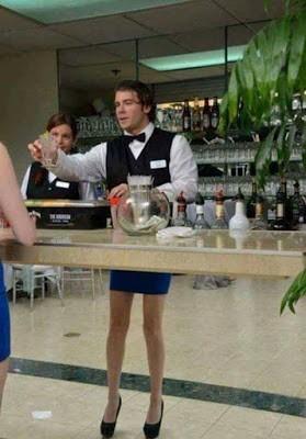 Foto pelayan pria yang tampak berkaki wanita