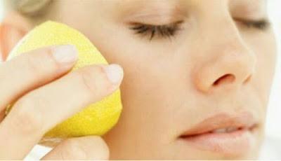 Menggosok wajah dengan irisan lemon