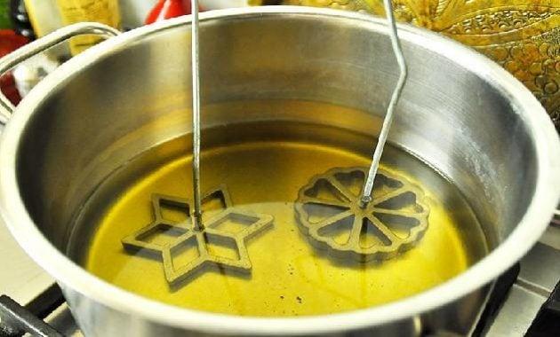 Memanaskan pencetak ke dalam minyak panas