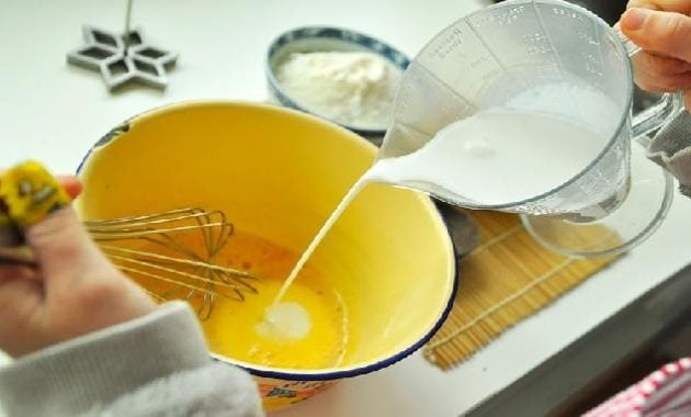 Membuat adonan kue kembang goyang