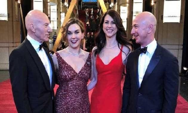 Jeff Bezos dan istrinya (kanan)