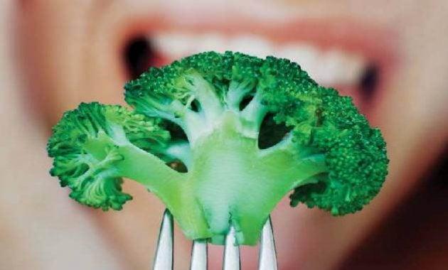 Makan brokoli mentah