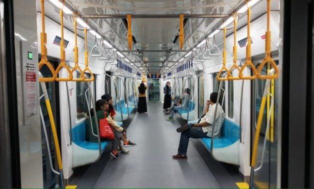 Penumpang kereta MRT