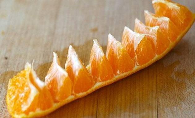 Mengupas kulit jeruk