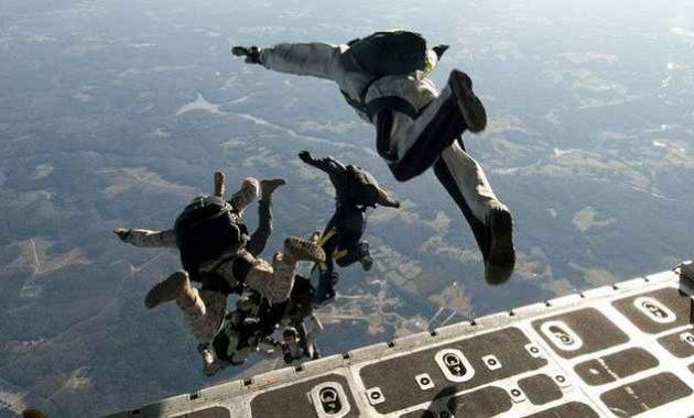 Skydiver melompat dari pesawat terbang