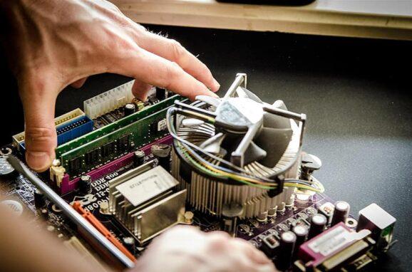 Memasang memori RAM komputer